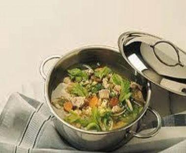 Andalusisk hønsesuppe er en veldig populær suppe som er vanlig i Spania. Oppskriften er enkel, og resultatet utmerket. Perfekt mat for de som ønsker noe sunt og næringsrikt til middag. http://www.spania24.no/oppskrift-andalusisk-honsesuppe/