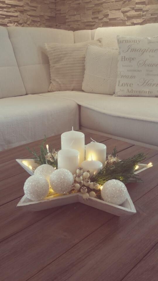 Candele rosa decorate con bucce a fiore, fettine arance e arance portacandele: