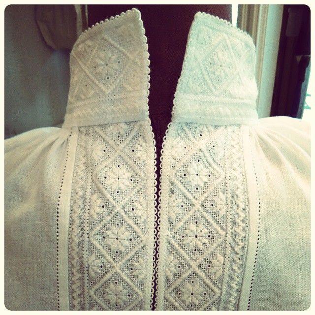 Vi har noen håndbroderte, norskproduserte skjorter, forkler og lygere som... - See this BestofInsta photo by @norskflid_bergen
