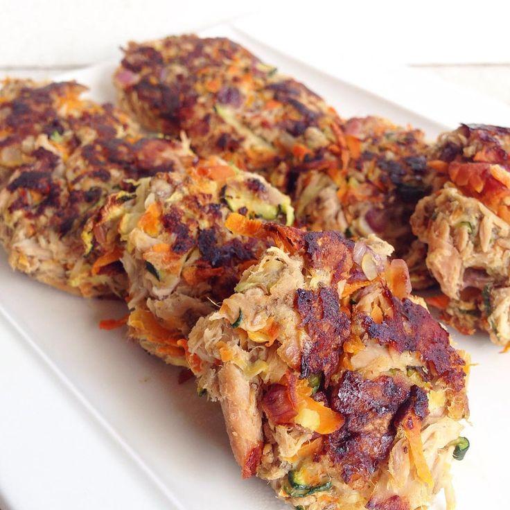 Mis amigos de @alamar_col me retaron ahacer una receta, y opté por estas croquetas de atún y vegetales, son perfectas para una cena low carb. #alamaressalud  En mi snapchat, @gastroglam, pueden ver un paso a paso, aunque también dejo por aquí la receta.  Ingredientes (para 12 croquetas mini) 1 lata de lomitos de atún en agua @alamar_col 1/2 cebolla morada, finamente picada 1/2 zanahoria, rallada 1/4 de zucchini, rallado 1 huevo de chia (remojar por 15 minutos una cucharada de semillas de…