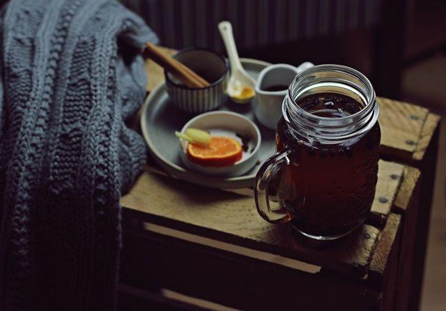 Gdy za oknem ciemno, wieje kolejny orkan, od którego aż huczy w kominie nie ma jak kubek herbaty! Z cynamonem, goździkami....