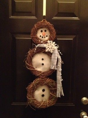 Sneeuwpop krans voor aan de deur.