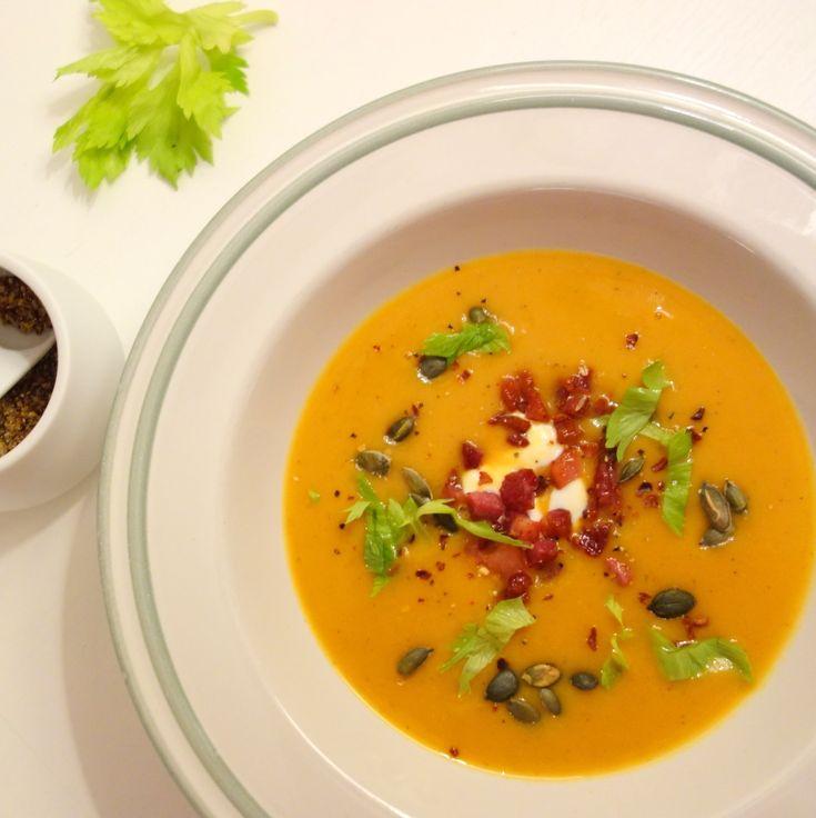 Sweet Potato suppe. Sweet Potato først grillet i ovnen sammen med timian og så kogt med selleri, hvidløg og chili til en fyldig suppe, varmer virkeligt godt. Nem og hurtig at lave og alle elsker den.