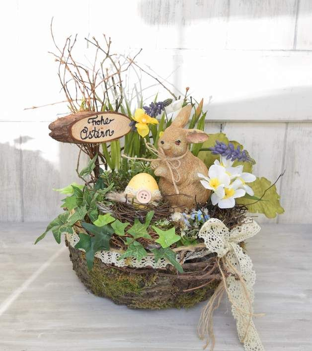 Hier habe ich ein Körbchen mit Rinde beklebt und eine Frühlingslandschaft gestaltet.Das Ei ist mit Dekopage Papier beklebt und alle Pflanzen sin künstlich.Viel Freude damit Korb ca.22cm Höhe...