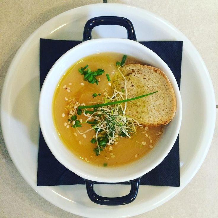 Oggi a #pranzo il #gorillemi vi propone la scelta tra zuppa di melone o insalatina.  Un primo? Sedanini al pesto; Pappardelle al ragù di carni rosse;  Un secondo? Roast beef al sale con patate; Salmone affumicato caldo con maruzzelle e riso Venere. Un'insalata? Insalata di alici marinate con crostini; Padellino #vegan di farro e verdure saltate. Buon appetito!  #isola #portanuova #bistrot #pausapranzo #milano #milanodavedere #gaeaulenti #boscoverticale #food #igers #igersmilano by…
