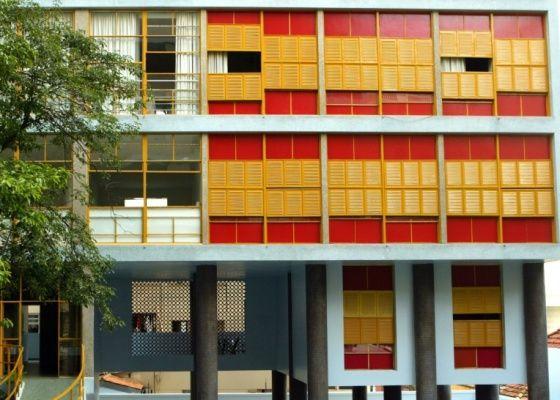 Tuca Vieira / Folha Imagem - O edifício Louveira, de Vilanova Artigas, localizado na praça Villaboim, em São Paulo, possui janelas do tipo ideal, comum nas décadas de 50 e 60, com abertura de 100% do vão