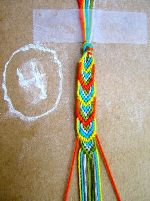 lovely leaves.4. With string 4 (green) on the left make three forward knots and three backward with string 4 on the right. Join in the middle