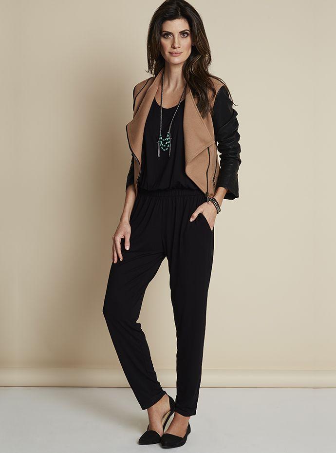 O preto monocromático + sapatilha de bico fino emagrecem e alongam visualmente. Com um colete contrastante, deixa o visual mais acinturado. Ótimo para quem tem tipo físico retangular.