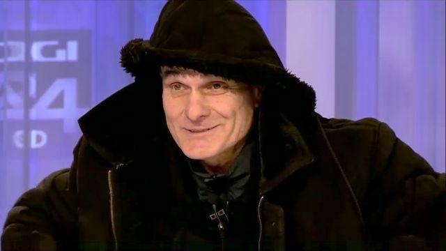 CRISTIAN TUDOR POPESCU - APARITIE INEDITA - cu haina groasa si gluga pe cap