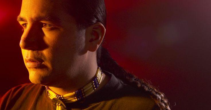 Características de los indios cherokee. El pueblo cherokee ha vivido en el sudeste de los Estados Unidos por miles de años. A pesar de sus interacciones con extranjeros y una serie de devastadoras y forzadas migraciones, han conservado su cultura única y se han mantenido unidos como grupo. Su habilidad para la supervivencia se debe en parte a sus características únicas que le han ...