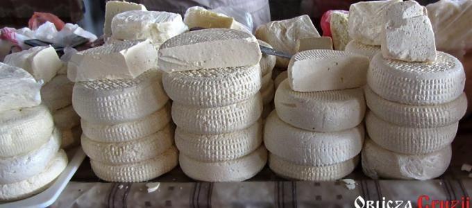 Georgiana queso tipo imeretyńskiego casa en el mercado en Tbilisi