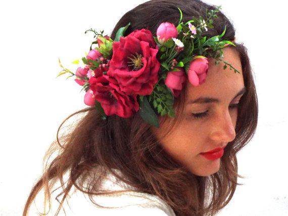 Fleur rouge Couronne, couronne de cheveux mariage, bandeau rose romantique de bandeau, mariée bohème, Custom fleur couronne de grandes et petites fleurs artificielles et des baies vertes.  Pour base, nous utilisons du fil de vigne, Nous donnons tout notre amour, nous espérons que vous laime trop ! Pièce fantastique pour la mariée. Seulement la meilleure qualité !  Sadapte à toutes les tailles pour adultes, si vous souhaitez enfant taille message nous sil vous plaît.  Visitez mes autres…