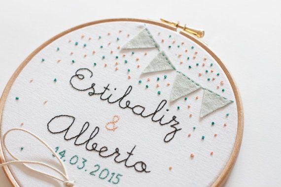 Bastidor porta alianzas para bodas - Banderines y confeti