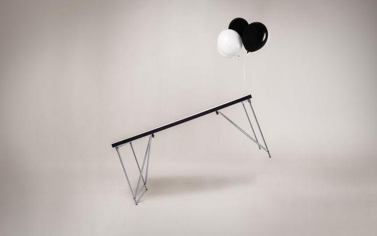 Die Schreibtisch-Serie RackPod besteht aus 2 Arbeitstischen und 1 mobilen Stehtisch. Das klappbare Gestell macht die Tische flexibel und platzsparend.