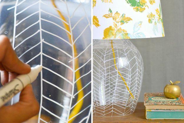 Desenhe diretamente em um abajur usando uma caneta para retroprojetor a fim de criar um padrão espinha de peixe. | 27 projetos que você mesmo pode fazer para dar uma animada em sua casa