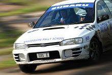 Jazda Subaru na torze wyścigowym z kierowcą