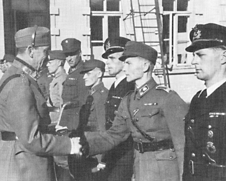 Mannerheim awarding Finnish servicemen Mannerheim Cross medals, Sep 1942