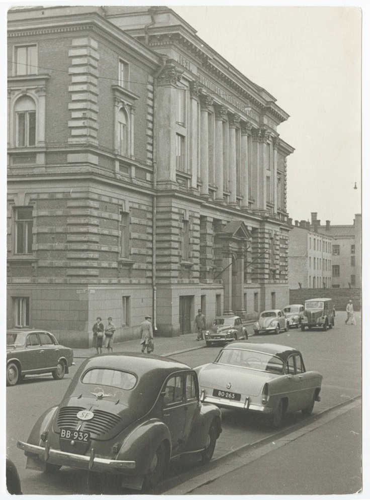 Suomalaisen Kirjallisuuden Seuran (SKS) talo 1950-luvun lopulla. Kuvassa näkyvät Seuran äänitysautoa varten rakennetun autotallin ovet. Kuva: 1959(?), Markku Vuorela (SKS, kirjallisuusarkisto).