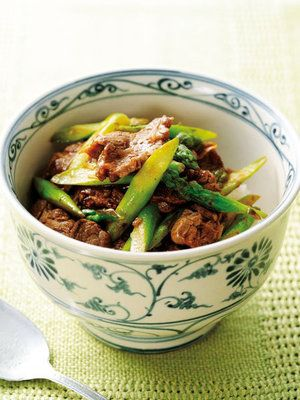 【ELLE a table】牛肉とアスパラガスの豆板醤炒め丼レシピ|エル・オンライン