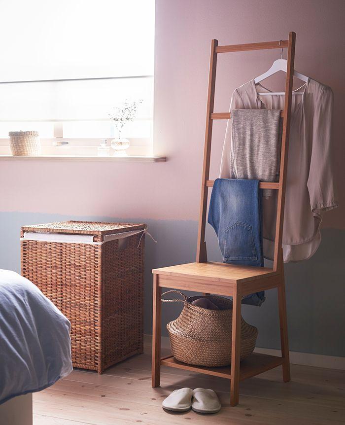 's Avonds kleed je je uit en mik je alles op een stoel. Hoe voorkom je een berg aan kleding? Heel simpel: de schone items hang je aan de RÅGRUND stoel en de vieze items gooi je meteen in de wasmand | STUDIObyIKEA IKEA IKEAnl IKEAnederland RÅGRUND stoel handdoekrek rek BRANÄS wasmand kleren opruimen ordenen slaapkamer badkamer inspiratie wooninspiratie