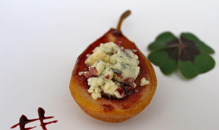 Pera + gorgonzola em vinho tinto: aprenda já como faz para inspirar um convite aos amigos para se reunirem em casa nesse verão chuvoso.
