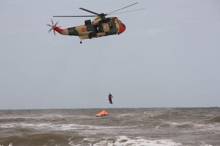 RS-04 tijdens de SAR Demo in Katwijk. Momenteel gebruiken de Belgische Luchtmacht de Sea King nog intensief als reddingshelikopter (Search and Rescue - SAR). Maar de dagen van deze helikopter zijn geteld en worden binnenkort vervangen. De RS-01 (Rescue 01) vloog zijn laatste vlucht op 17-12-2008, na 33 jaar trouwe dienst. De RS-03 ging op 29-08-2013 met pensioen door metaalmoeheid.
