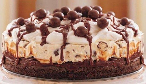 Μια υπέροχη τούρτα παγωτό, με παγωτό βανίλια και maltesers, με φοντάν σοκολάτας. Γαρνιρισμένο με σαντιγί, με επιπλέον φοντάν σοκολάτας, και maltesers.