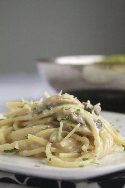 Фото к рецепту: Паста со сливочным чесночно-грибным соусом
