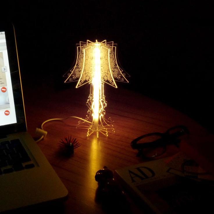 Lámpara USB de acrílico facetado modelo París, tecnología led de bajo consumo. Puede conectarse a 220w con transformador ($25). Medidas: 18x13. $160 (pesos argentinos) CaprichosElementales@gmail.com