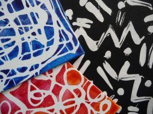 Dibuixar línies amb cera blanca i pintar la tapa amb pintura diluïda una mica amb aigua.