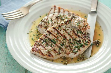 Il pesce spada al salmoriglio è una ricetta semplicissima che prevede la cottura dei tranci direttamente sulla brace, 7 minuti da entrambi i lati. Provatela, è davvero gustosa!