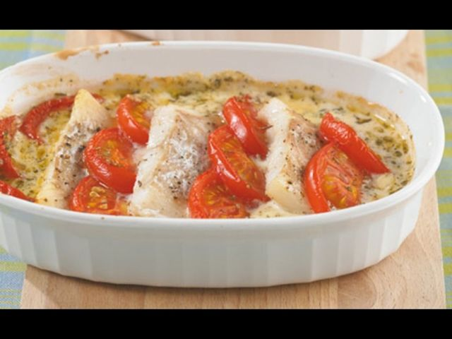 Rybí filé zapečené s rajčaty.