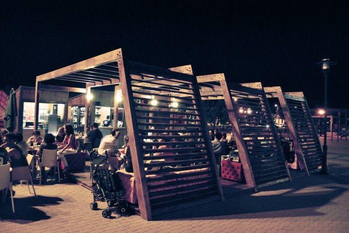 """Moon Beach Chill Out Situación: Adra (Almería) Arquitecto: Jose Salinas Osorio Presupuesto total: 30 000 € . Chill Out, ampliación de Chiringuito """"La Moraga"""" construído durante el verano de 2013, realizado en tablero fenólico + vigas y viguetas de pino."""