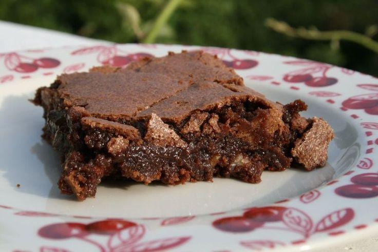 Ingrédients 200 g de sucre (au lieu de 225 g dans la recette originale) 120 g de chocolat noir 90 g de beurre 2 oeufs battus 90 g de farine 50 g de noisettes, ou de noix, ou de noix de pécan concassées (ma préférence)