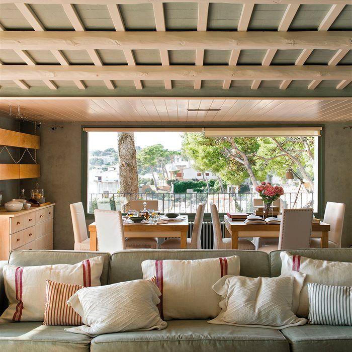 Comedor exterior. Lamesa es de Mercantic y las sillas, de Sacum. Individuales y platos de Velafusta, vasos de Mercantic. Puf de La Maison.