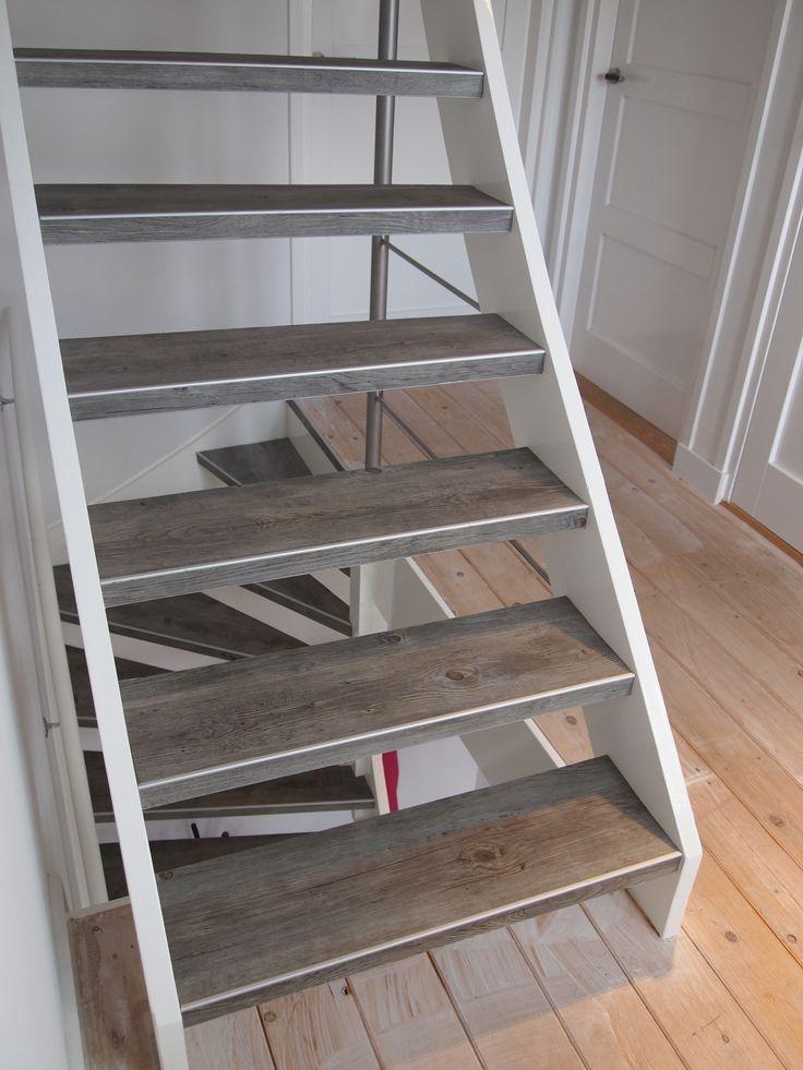 Puurbinnen trapbekleding. FlexStairs op een open trap, met strak aluminium antislip randje. onderzijde en achterkant hoog glans wit geverfd