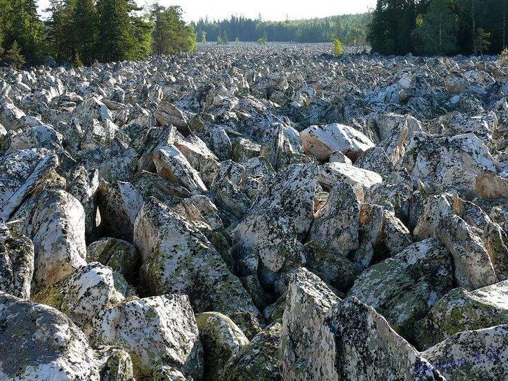 BIG STONE RIVER: O RIO DAS PEDRAS GRANDES - RÚSSIA  O Big Stone River é uma mistura caótica de pedregulhos enormes que desce a encosta das montanhas Taganay a sul dos Urais, no território de Chelyabinsk Oblast, Rússia. O rio da pedra é de 6 km de comprimento e uma média de 200 metros de largura, com partes que chegam aos 700 metros de largura. O deslizamento de rochas gigantescas acredita-se ter ocorrido durante a última glaciação cerca de 10.000 anos atrás. Naquele tempo