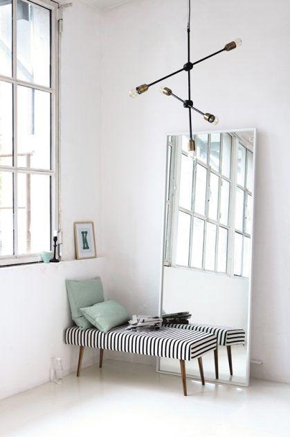 Dekorationsideen mit Spiegel und Sitzbank * minimalistischer Stil * weiße Betonwände * Housedoctor