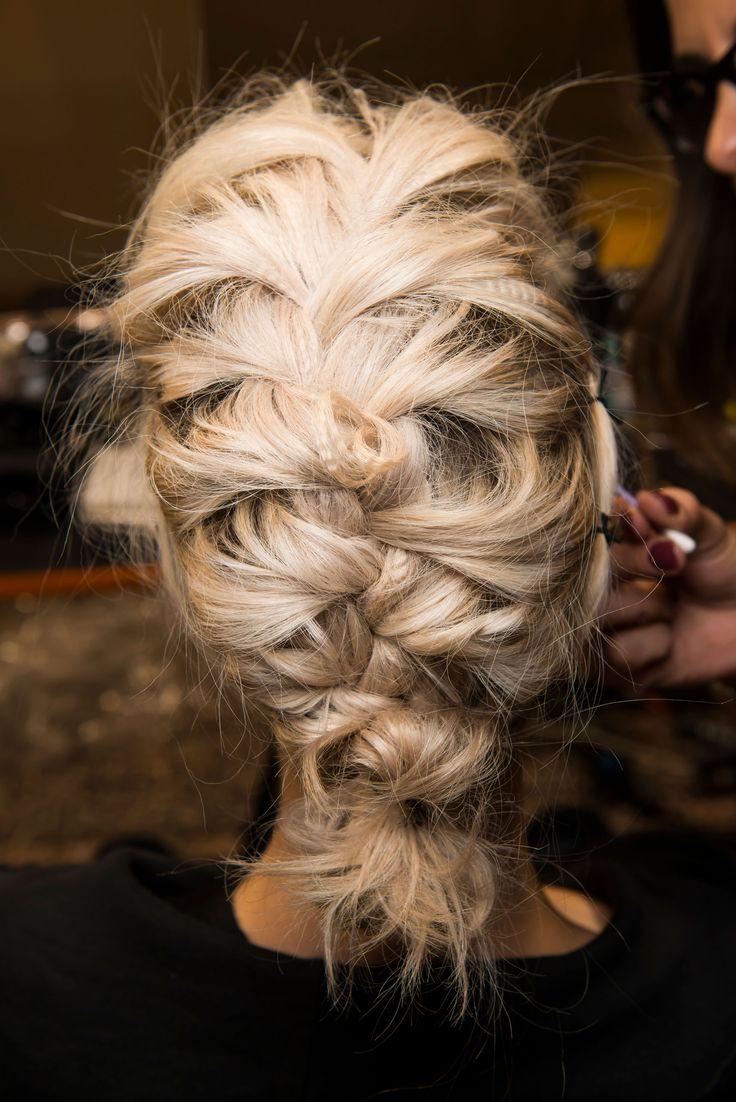 Tranças embutidas e bagunçadas na Leitmotiv - repare nos fios frisados no meio do penteado (para ter esse efeito, faça trancinhas bem fininhas e apertadas e solte no dia seguinte)