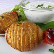 Pečené brambory s česnekovým dresinkem recept - Vareni.cz