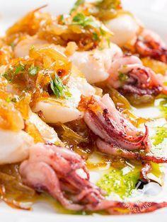Spadellandia vi propone un piatto davvero raffinato e scenografico, i Calamari alle cipolle caramellate, per servire questo pesce in modo originale!