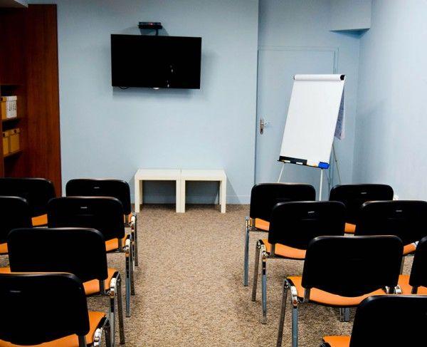 Sala szkoleniowo-konferencyjna w Krakowie wyposażona w telewizor, krzesla tapicerowane oraz flipchart #sale #saleszkoleniowe #salekrakow #salaszkoleniowa #szkolenia #salakrakow #szkoleniowe #sala #szkoleniowa #konferencyjne #konferencyjna #wynajem #sal #sali #krakow #do #wynajęcia #konferencji #kraków