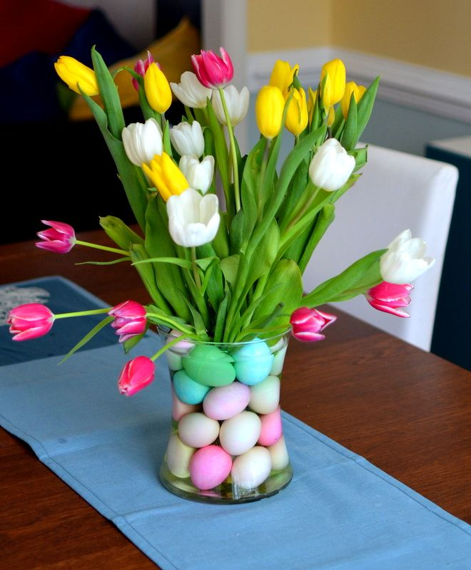 Colorful eggs This centerpiece is so easy to make that you will have filed your house with it. Just get colorful plastic eggs and fill the clear big vase. We suggest puting fresh flowers that will leave a great smell to the table
