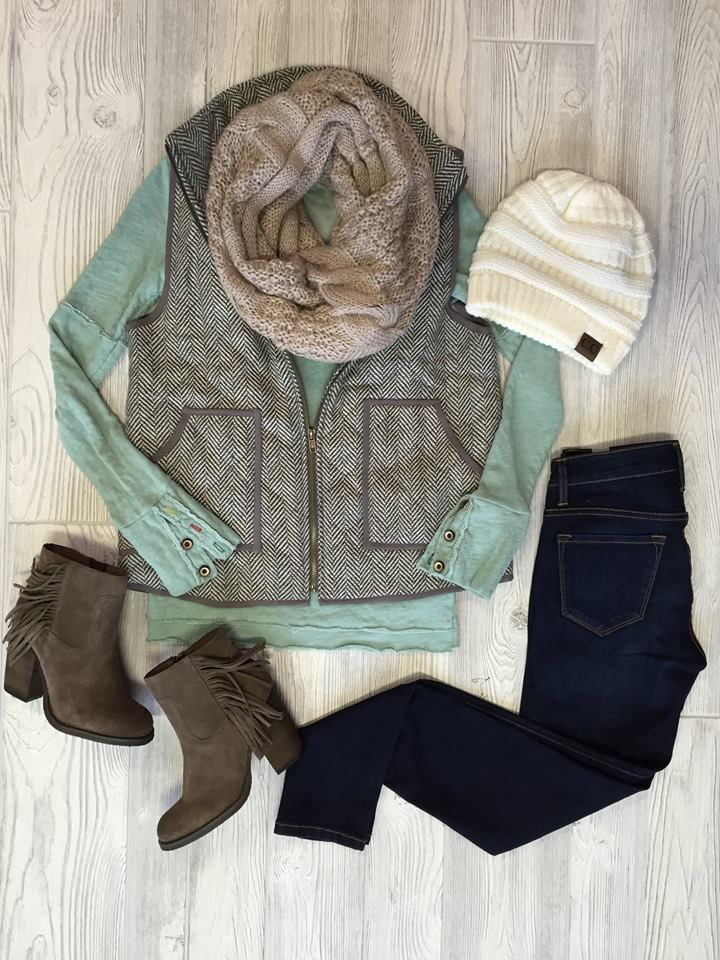 No scarf. Rest is super cute. Love the mint color