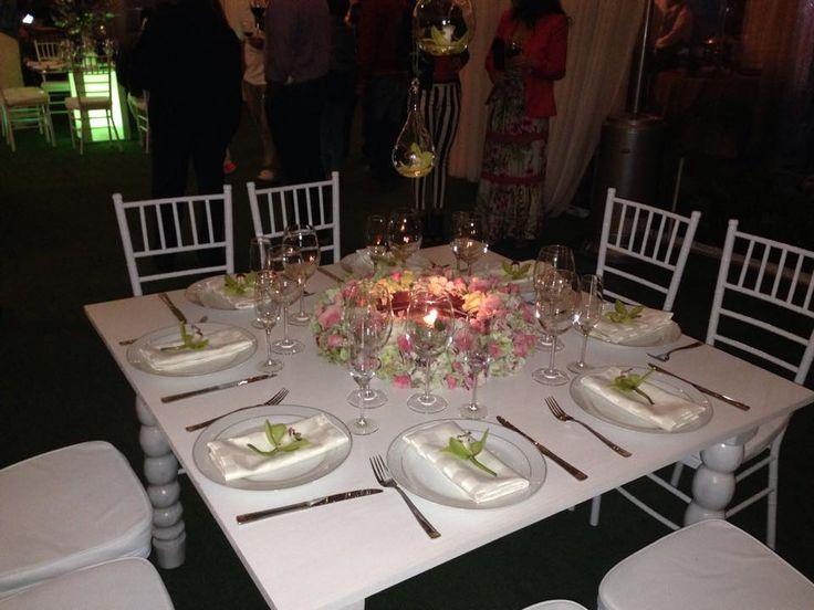 Sillas Tiffany Blancas, Mesa blanca decape, cubiertos y cristaleria de lujo.
