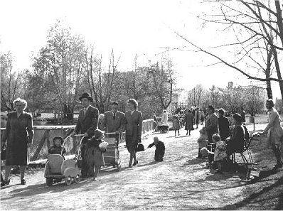Sorsapuistossa viihtyivät erityisesti lapsiperheet. Kuva Tampereen museoiden kuva-arkisto.