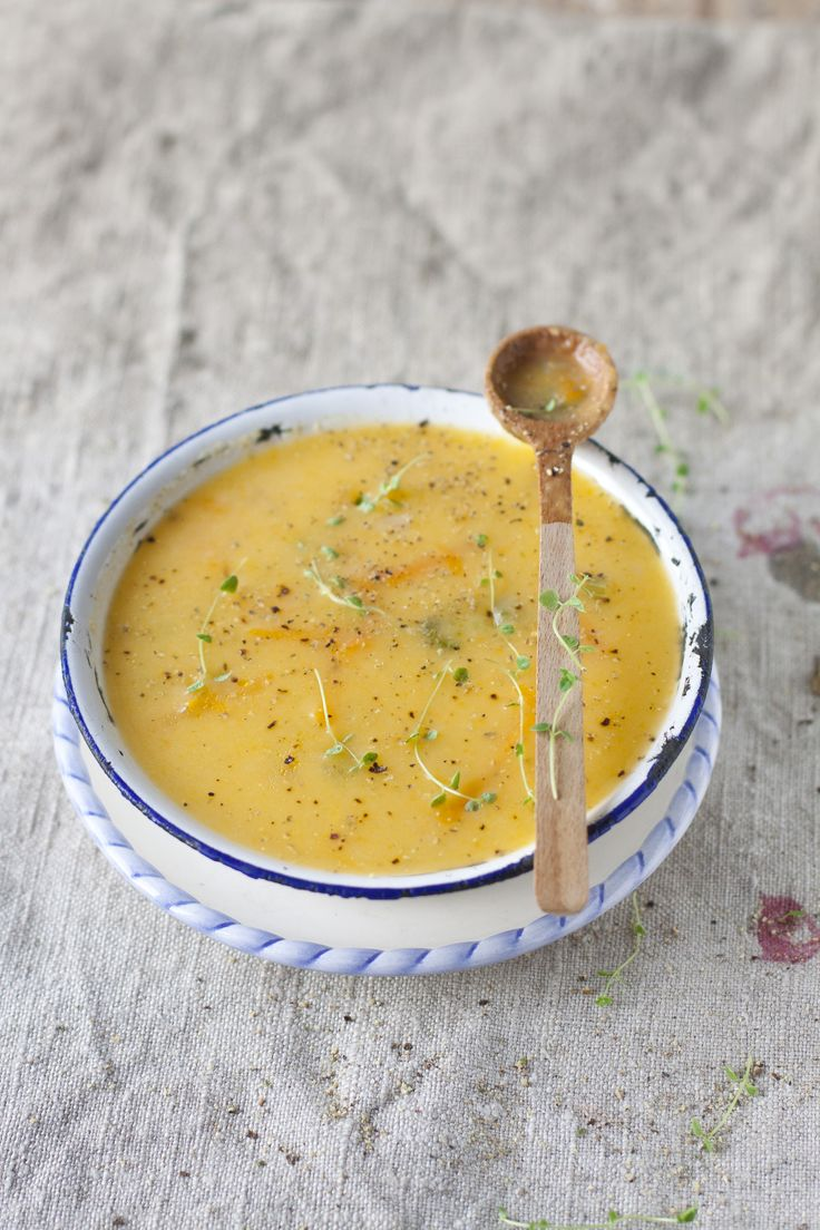 Une bonne soupe de légumes racine   pommes de terre 600 g  panais,   280 g  carottes, coupées  200 g  navets340 g  3 tiges céleri, 220 g  1 oignons  200 g  1 poireaux,  300 g  2 c.à soupe huile d'olive   30 mL  1 pincée sel [facultatif]   0.1 g    poivre au goût      1 pincée piment de Cayenne [facultatif]   0.1 g  4 tasses bouillon de poulet, chaud   1 L  1 tasse eau, chaude   250 mL  1 tasse lait partiellement écrémé, 2 %   250 mL