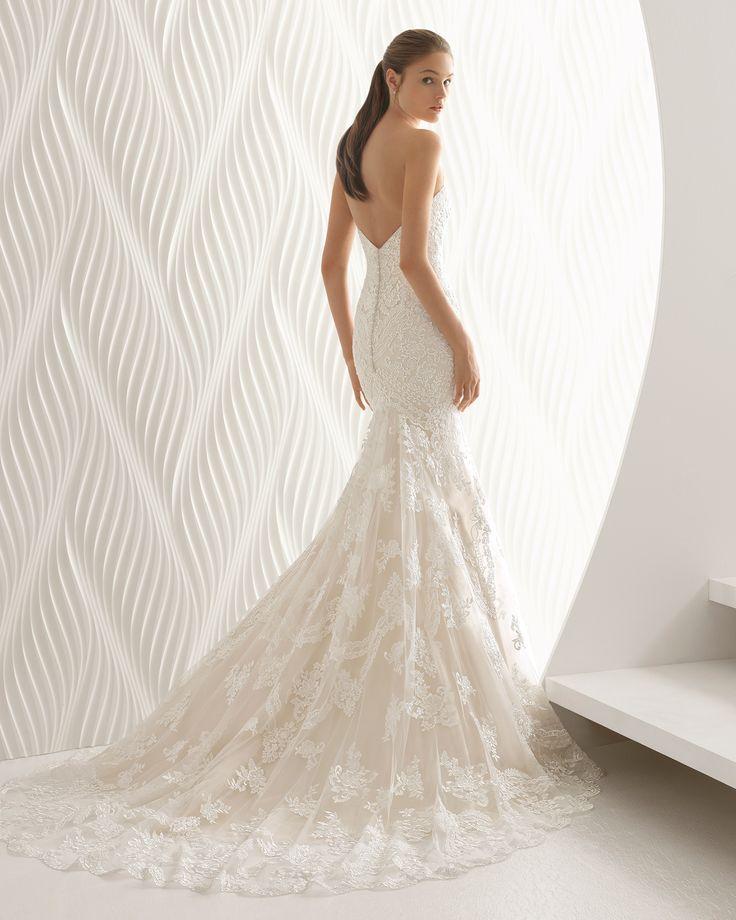 Vestido de novia corte sirena de encaje con escote corazón, en color nude y en natural. Colección 2018 Rosa Clará.