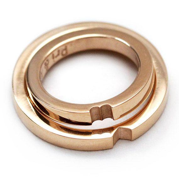 Eine Liebe zwei Ringe, dieses Set ist das ultimative Symbol für Liebe Ringe. Das perfekte Paar mit einem stilvollen und klassischen Look. Minimalistisches Design, die Kraft und Zartheit gleichzeitig zu übertragen. Wenn die Frau den runden Teil des Herzens und der Mann genießt hat eine