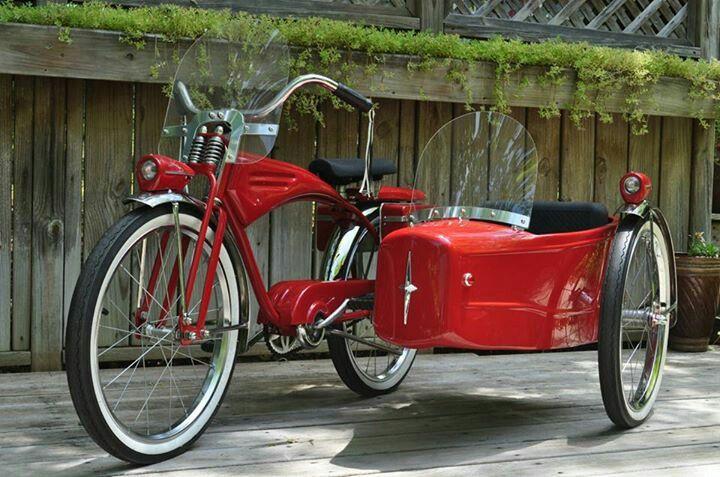 Schwinn with sidecar. Hope it comes with tiny kitty helmets.El sidecar retoma vigencia con la demanda de bicicletas y adapatción eléctrica.
